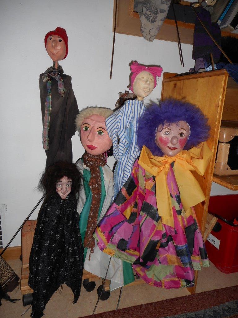 Jeu libre avec différentes marionnettes